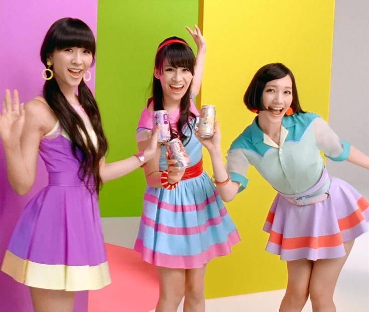 I love Kashiyuka's outfit! And Nocchi is actually wearing a skirt!