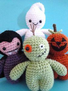 Thursday #Handmade Love Week 74 ~ Crochet Addict UK.   Theme: Ghosts.   Includes links to #free #crochet patterns.   PDF Pattern Five Lil Spooks Crochet