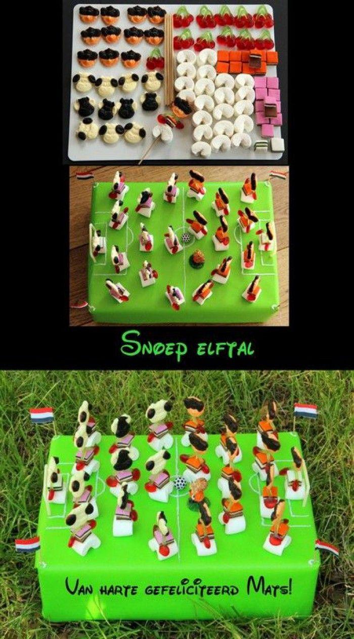 Voetbal elftal gemaakt van snoep...........trakteren!