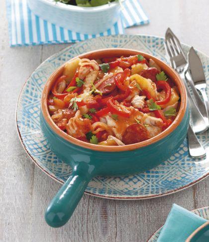 Recept voor vispotje met chorizo, aardappel en paprika   -1 el olijfolie -100 g chorizoworst, in plakjes -1 ui, in dunne halve ringen -2 rode paprika's, zaadjes verwijderd en in reepjes -500 g aard appels, geschild en in plakjes -1 blik tomatenblokjes (400 g) -4 witte visì lets (zoals tilapia of schelvisfilet) -2 el bladpeterselie, fijngehak