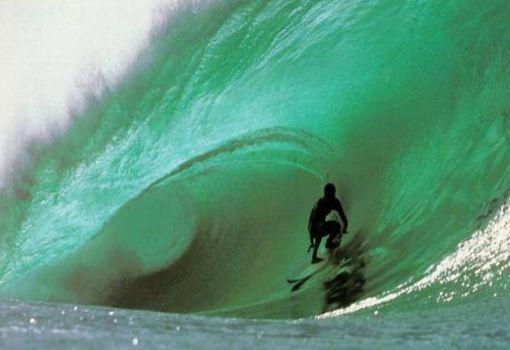 """Fue así que con tiempo y con mucha practica y destresa los hawaianos se convirtieron en asombrosos exploradores, navegantes y expertos en el arte de """"correr olas"""". Para el el año 1900 el surf en Hawai desarrollandoce cada vez más gracias al surfista hawaiano Duke Kahanamoku gana la medalla de oro en natación en los Juegos Olímpicos de Estocolmo en 1912."""