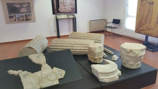 Resti di alcune colonne all'interno del museo