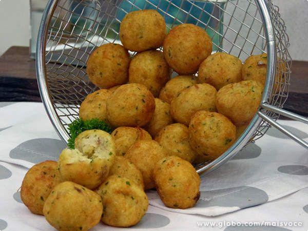 1 colher (sopa) de azeite  - ½ colher (sopa) de alho  - 2 colheres (sopa) de cebola picadinha  - 2 batatas médias cozidas, descascadas e amassadas (+/- 280 g)  - 1 ovo batido  - 200 g de bacalhau cozido e desfiado (1 xícara de chá)  - ¼ xícara (chá) de farinha de rosca (30 g)  - 1 colher (sopa) de azeite  - salsinha picadinha, pimenta-do-reino moída e sal a gosto