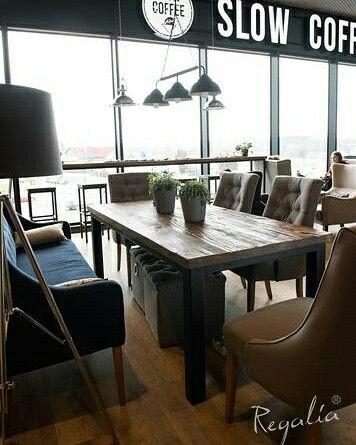 Slow Coffee - Olsztyn  Kawiarnia Slow Coffee w Galerii Warmińskiej odniosła zdecydowany sukces - między innymi dlatego, że właściciele od początku postawili na wysoką jakość Cieszymy się, że mogliśmy pokazać w tym projekcie, że meble Regalia świetnie konweniują z eleganckim wystrojem Nasze meble to stół, stoliki, stół barowy, bar (elementy ze starego dębu), regały, donice, fronty szafek i ramy. #regaliapolskamanufaktura #staredrewno #mebledrewniane #meblenawymiar #kawiarnia #kawiarniaolsztyn