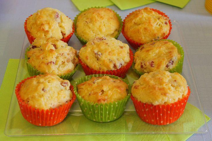 I muffin salati con pancetta affumicata e formaggio sono un antipasto molto originale e saporito, dal sapore intenso perfetto per un buffet di antipasti. Ecco la ricetta per prepararli ed alcuni consigli utili