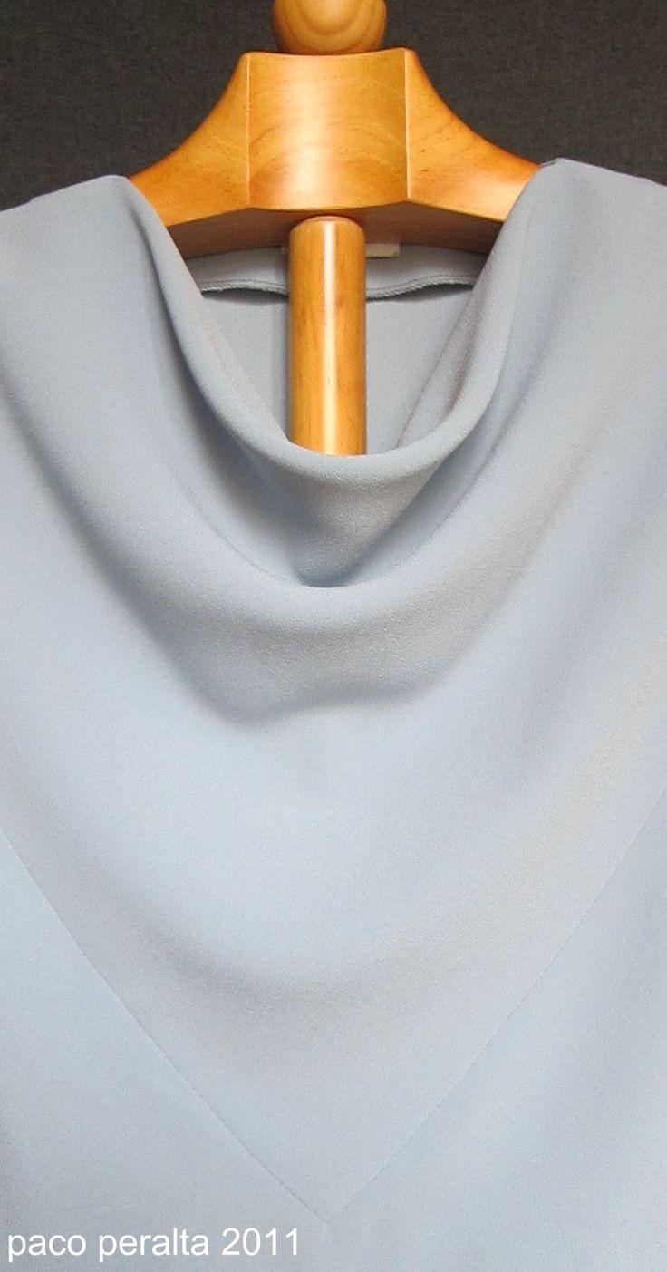 Blusa  con delantero drapeado, que se puede realizar en tejido de seda o  similares, o bien tejidos elásticos.  El patrón es simple y fácil ...