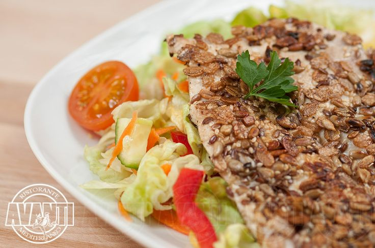 Grilled chicken breast with seeds (Grilled chicken breast with seeds, fresh mixed salad)