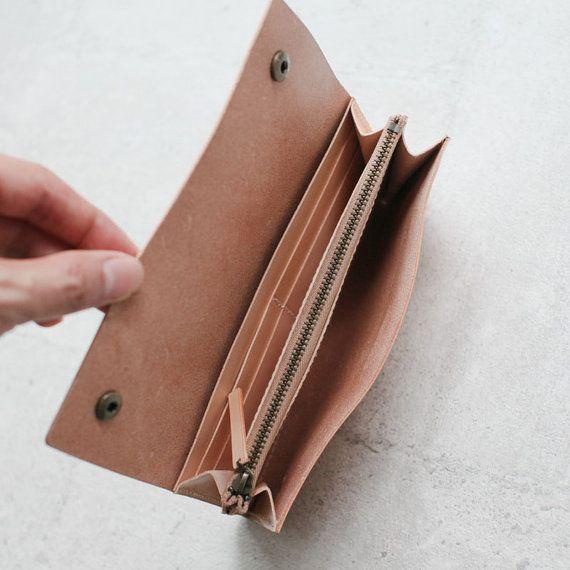 In dieser Tasche besteht überlegene italienische Gemüse Kuh Leder in seiner ursprünglichen nackt Farbe. Die Farbe wird nach Gebrauch von Tag zu Tag natürlich ans Licht verdunkeln. Das Leder wird während des Prozesses mit der ordentlich Fuß Öl bedingt. Es hat auch die folgende Funktion:  ● Komplett von Hand genäht, Handarbeit ● 4 Kreditkartenfächern, Rechnung 3 Steckplätze, 1-Coin slot ● Ungefähre Dimension: 9,6 x 19 cm x 2 cm (zusammengeklappt) ● Massivem Messing Hardware und YKK Messing…