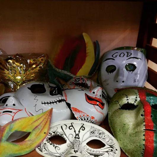 MASCHERE DI CARNEVALE  #Maschera di #carnevale bianca e/o decorata  Le maschere in plastica, cartapesta, carta e cartone le trovi a Bari da Colour Academy Belle Arti  #mask #carnival #papiermache #decoration #bari #puglia #carnaval #2017 #drawing #painting #bellearti #fineart #decor #color #colorful #art #rainbow #blackandwhite #colouracademy