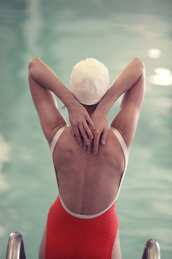 Nuovo 2014 dalla mia serie di andare su di un nuotatore femminile in un costume da bagno vintage e cap. Intenzionalmente vaga immagine di