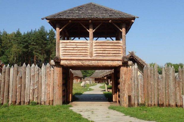 Wizyta w Średniowiecznej Osadzie Słowian w Sławutowie. Przekraczając bramy
