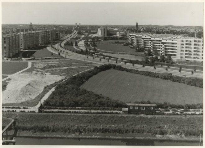1959, Segbroeklaan gezien vanaf het Caltexgebouw aan de Conradkade. Op de achtergrond het nieuwe Rode Kruis Ziekenhuis. dc754983-7873-4baa-8d5a-a64b8384c2a5.jpg