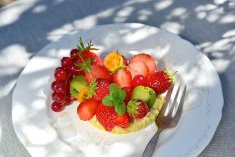Recette de tartelettes aux fruits printemps. Une recette surprenante et délicieuse ! Vous pourrez cuire les fonds de tarte la veille ou l'avant-veille du repas et les conserver à température ambiante, dans une boîte ou couvertes de film alimentaire. On obtient des fonds de tarte moelleux et très souples grâce à la vapeur douce