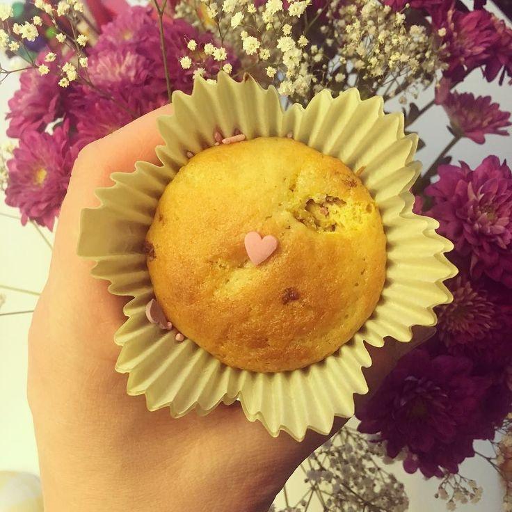 """""""Isi tein sinulle muffinssin. Laitoin vaan yhden strösselin. Se on sydän koska minä rakastan sinua"""". #lapsensuusta #leivonta #muffini #muffinssit #muffin #love #rakkaus #leivontailta #baking #baka"""