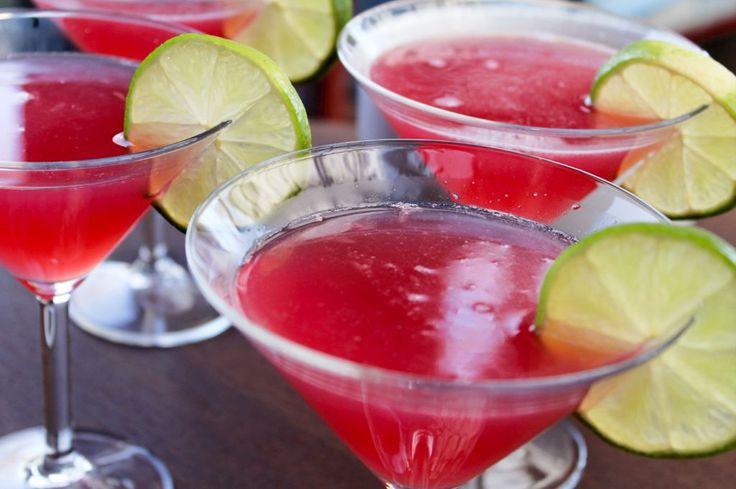 Få opskriften på de skønne Cosmopolitans lige her. Det er efterhånden en glemt drink, hvilket er synd, for den smager helt fantastisk..