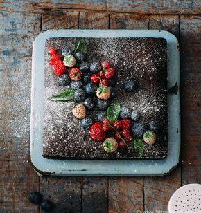 recept: Tarta de chocolate con frutos rojos is een makkelijk te maken chocolade taart met gecondenseerde melk. Maak hem extra mooi met vruchten.