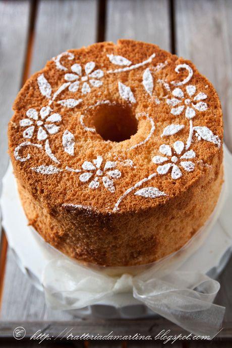La chiffon cake è uno dei dolci più soffici esistenti in pasticceria e può essere mangiata così o farcita come un pan di Spagna