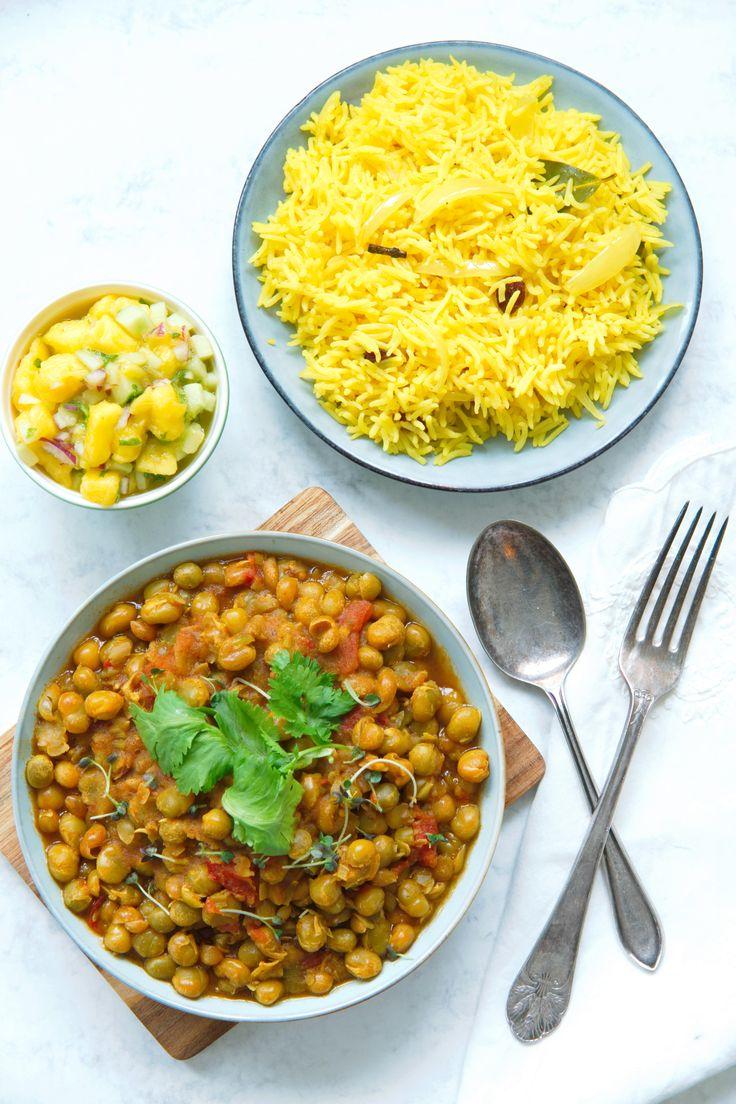 Dette er en utrolig smakfull og lettlagd curry gjort på tørkede grønne erter. En vegetarcurry på få og tilgjengelige ingredienser, servert med gylden og krydret pilaffris og frisk mangosalsa. Nydelig hverdagsmat, prøv du også! http://www.gastrogal.no/vegetarcurry/  #Curry, #Ertecurry, #GaramMasala, #GrønneErter, #Gryterett, #HaraVatana, #Indisk, #Mangosalsa, #Pilaff, #Pilaffris, #Vegetarcurry, #Vegetarisk, #VegetariskCurry