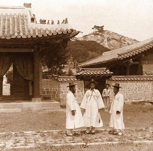 Korean Gentlemen at the Temple of the God of War(Dongmyo)(1903) - Herbert George Ponting / 관우사당(동묘) 앞  선비들(1903) - 하버트 조지 폰팅