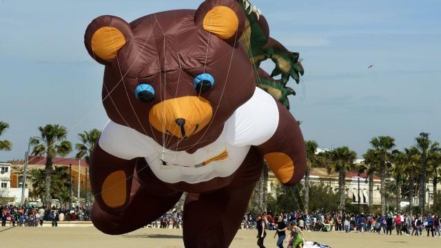 Teddy, le gros nounours en peluche de notre enfance transformé en cerf-volant.