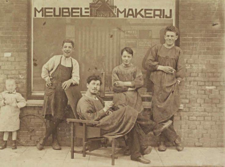 Gerrit Rietveld met zijn medewerkers voor zijn werkplaats omstreeks 1919.