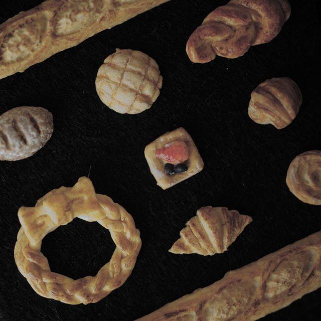miniature 1/12  過去作品  こちらは以前製作したパンセット  色々なパンを作りたくてパン屋さんへよく行くのですがお気に入りのパン屋さんが修行の為お休みすることになってしまいました( ;_;) パン屋さん難民になってしまいショックです。。 パンのなかではチョコクロワッサンが一番好きです♪  #meetminiature #miniature #dollhouse #ミニチュア #ドールハウス#パン#パン屋 #朝食#朝ごはん#ミニチュアフード#miniaturefood#シルバニア#シルバニアファミリー#パン好き#ランチ#lunch#breakfast#bread#スイーツ#sweets#desert
