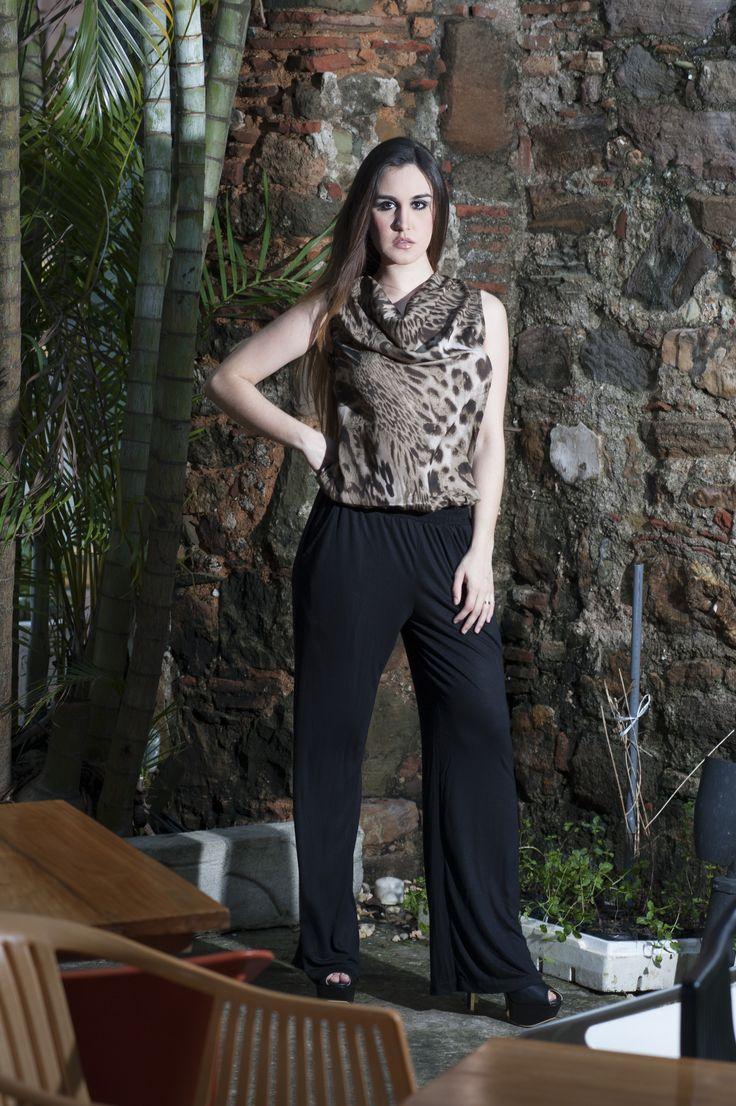 Mono largo, con top en Georgette leopard cuello sisne sin mangas con cierre invisible trasero cinturon elastico y pantalon en viscose negro y bolsillos laterales