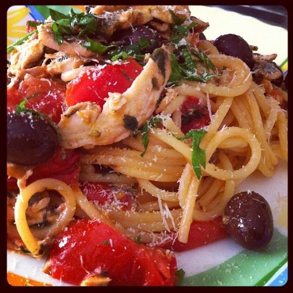 Spaghetti con le acciughe e olive