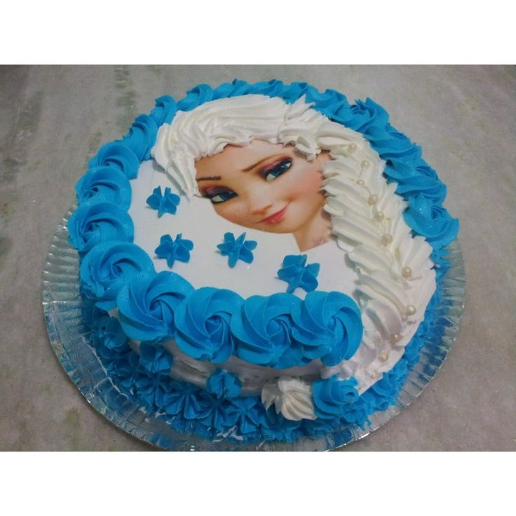 Bolo Elsa (Frozen), com trança de chantilly e papel arroz.