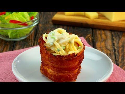 Käsenudeln im Bacon-Körbchen. Die Kunst besteht darin, den Bacon perfekt ums umgestülpte Glas zu wickeln. Jetzt geht es zum Backen in den Ofen.