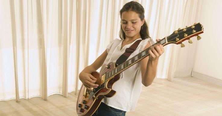 Cómo ajustar tu correa de guitarra al largo correcto. Una correa de guitarra es necesaria si pretendes tocar tu instrumento mientras estás de pie. Sin embargo, si la correa es de un largo inadecuado, puede resultar incomoda y hará que te resulte más dificil tocar la guitarra. Tu técnica y tu altura determinarán el largo apropiado para tu correa. Por suerte, el largo de la mayoría de las correas puede ...