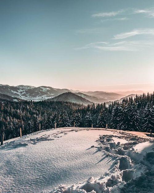 Ein Sonnenuntergang im Schnee - immer wieder wunderschön anzusehen! Danke an @tobi_baeurle für dieses zauberhafte Bild. #lifeforthestory EXIF-Daten: #Canon #eos #80d Brennweite 18mm F/8.0 ISO 100 und 1/125 Sek. via Canon on Instagram - #photographer #photography #photo #instapic #instagram #photofreak #photolover #nikon #canon #leica #hasselblad #polaroid #shutterbug #camera #dslr #visualarts #inspiration #artistic #creative #creativity