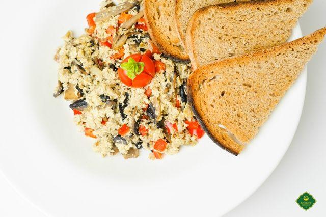 Scramble-ul de tofu este o interpretare vegană a scrobului sau a paparei. Acest fel de mâncare nu este pregătit din ouă bătute, ci din tofu, o brânză preparată din lapte de soia, bogată în proteine. Aşadar, este un fel de mâncare vegan, deci de post, pe care vi-l recomandăm pentru un mic dejun hrănitor, şi nu numai, putând fi mâncat şi la masa de amiază sau la cea de seară. Poftă bună şi post vindecător, trupeşte şi sufleteşte!