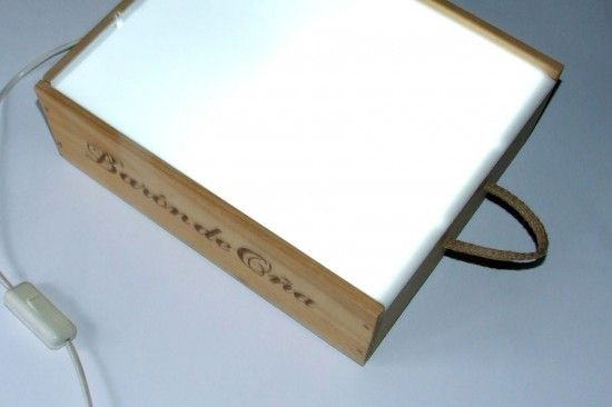 Taula de llum feta amb caixa de fusta.