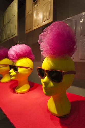 Vierdejaars studenten van de opleiding Vormgever Product Presentatie maakten deze week stijlvolle etalage concepten met brillen voor de winkels van Brilservice en met sokken voor Mensocks. De concepten moesten passen in het kleurbeeld en de trends van 2013.
