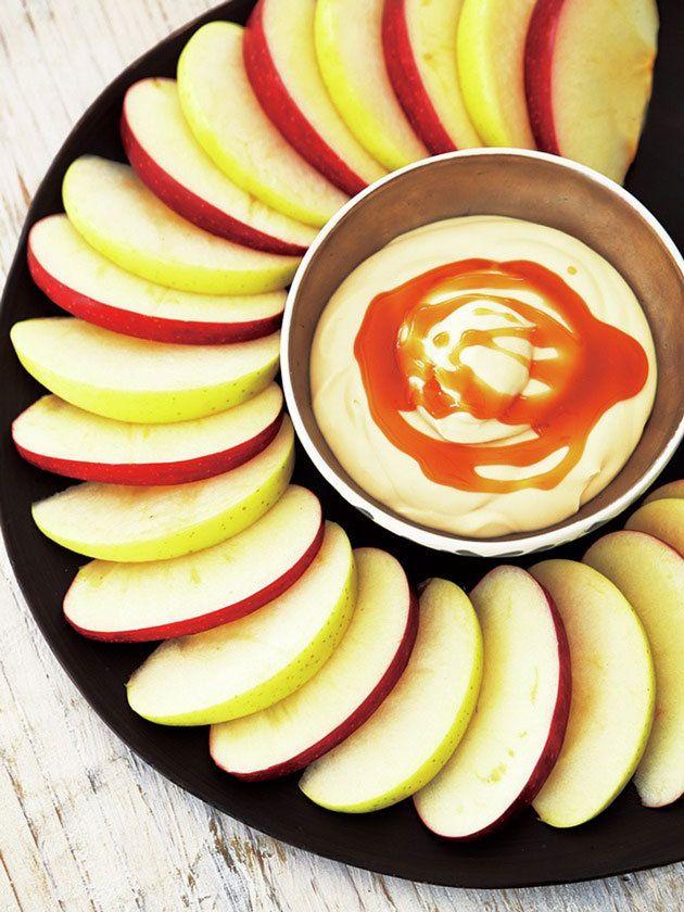 2色のりんごスライスを交互に盛った器に、マスカルポーネチーズとキャラメルソースを合わせた簡単ディップソースを添えて。バナナやいちごなど、ほかのフルーツでもおすすめ。