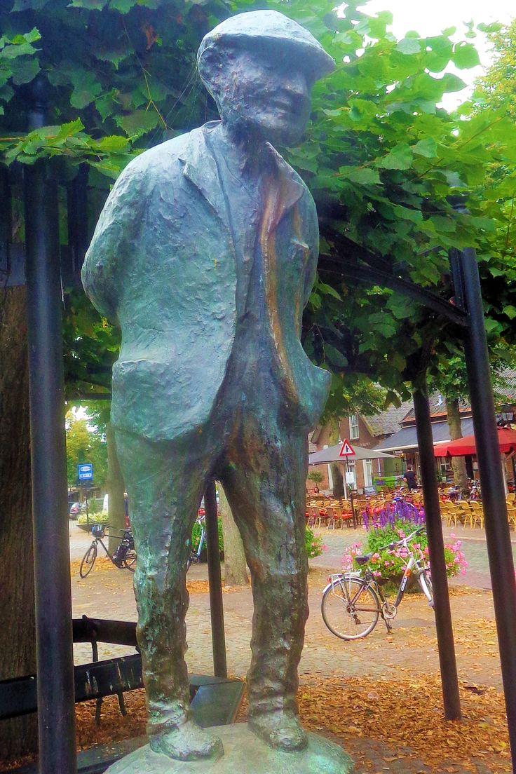 Naast een van de oude lindebomen staat het standbeeld van de 'Contente Mens', een glimlachend, levenswijs mannetje van brons uit 1957. Hij geniet van het leven (puilen de zakken van zijn jas uit van de pruimtabak?) maar hij heeft er hard voor moeten werken in een sigarenfabriek of op het land. Hij gunt u in ieder geval uw consumptie op een van de vele terrassen hier.
