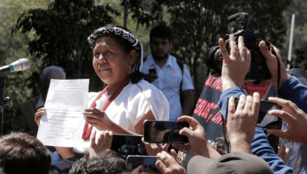 Maria de Jesus Patricio Martinez shows a document after she registered to stand as an independent candidate, Mexico City, Mexico, October 7, 2017. | Foto: Reuters