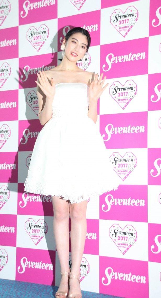 【ザテレビジョン芸能ニュース!】画像:【写真を見る】真っ白なドレスで美脚を見せつけた