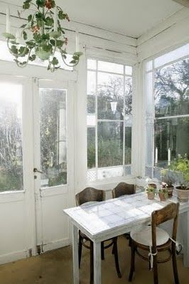White interiorCountry Porches, Country Houses, Modern Country, Country Style, Interiors, Pretty Sunrooms, Breakfast Room, Swedish Country, Sun Rooms