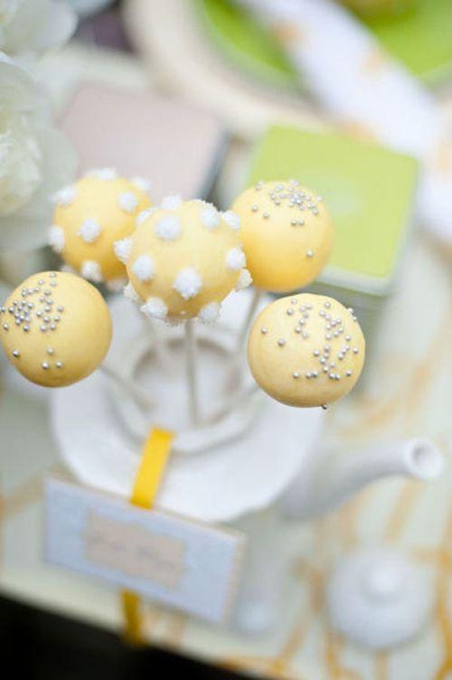 Cake pops pour un mariage jaune.