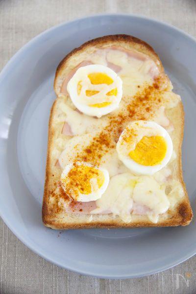 いつものハムチーズトーストにパプリカパウダーをふるだけで簡単においしくなりますよ。