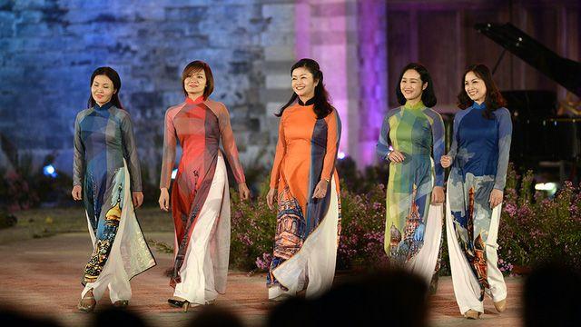 Ngoài những thiết kế áo dài Việt, đêm trình diễn còn tạo dấu ấn với BST áo dài Nga do các cựu sinh viên ĐH Sư phạm Ngoại ngữ khoa tiếng Nga thể hiện.