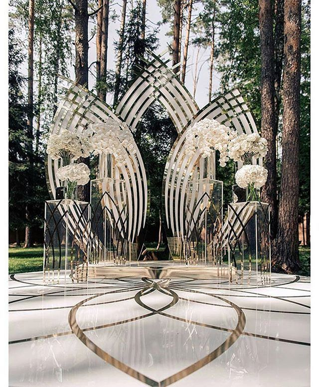 Munaluchibride: This AMAZing architectural wedding backdrop is by @mezhdu_nami_