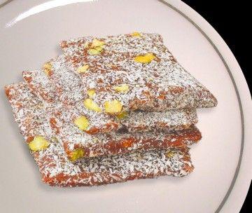 """Cezerye Nedir, Nasıl Yapılır? -- Mersin mutfağının en bilinen tatlısı olan cezerye için, yüksek kalorili özelliği ile yöresel bir enerji yiyeceğidir diyebiliriz. İsmini havucun Arapça adı """"cezer""""den alan cezerye, geçmişten günümüze Mersin-Tarsus yöresinin en bilinen tatlısıdır. Havuç, ceviziçi (Bazen yerfıstığı ya da Antep fıstığı da kullanılabilir), şeker ve hindistancevizi ile yapılan bir tür pestil tatlısı olan cezerye Mersin'den Türkiye'ye yayılmış"""