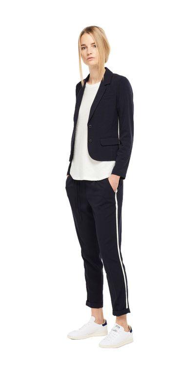Damen Outfit Sportlicher Business Trend von OPUS Fashion: blauer Blazer, weißes Shirt, blaue Stoffhose
