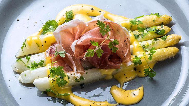 Dampet hvit asparges med hollandaisesaus. Servert med spekeskinke. Dette er en forrett som er enkel, god og som for mange er smaken av sommer.