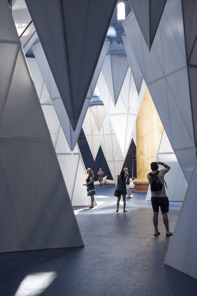 La firme en architecture de paysage new yorkaise James Corner Field Operations a réalisé l'installation cette année au National Building Museum (NBM) à Washington D. C., intitulée Icebergs.