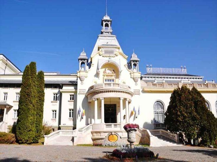 """Cazinoul Sinaia - amplasat în partea nordică a parcului """"Dimitrie Ghica"""", """"Casino""""-ul din Sinaia reprezintă şi astăzi unul dintre edificiile – simbol ale staţiunii. Impunătoarea clădire a fost construită în timp record, de numai un an (1912-1913), pe locul unde se afla cândva vila Ghica, prima vilă a staţiunii, înălţată de prinţul Dimitrie Ghica. Casino-ul din Sinaia."""