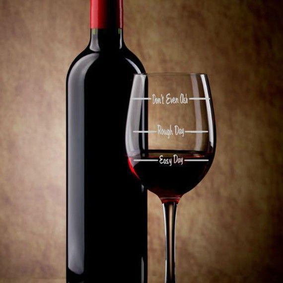 """Wino było kiedyś na receptę. Nic dziwnego, czerwone wino pite z umiarem to jedna z tajemnic długowieczności. Francuzi z regionu Bordeaux umierają na choroby serca najrzadziej na świecie.  Sprytny kieliszek- miarka do wina. Ma oznaczenia na: Dobry dzień- zły dzień- dzień z tych co """"nawet nie pytaj"""".   ;)"""